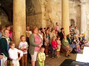 The faithful attending Mass / Wierni podczas Mszy Świętej